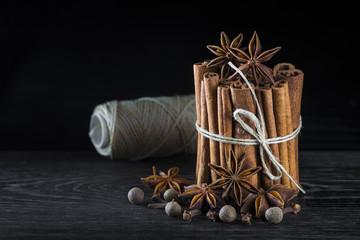 Canela en rama, anís estrellado y otras especias hierbas y condimentos para la comida
