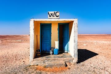 Toilettes en plein désert