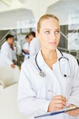 Frau als Arzt mit Checkliste auf Klemmbrett