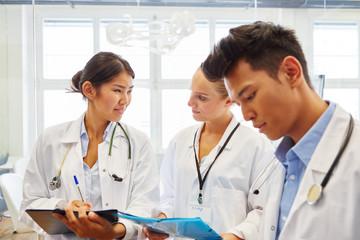 Ärzte zusammen bei Seminar in Klinik