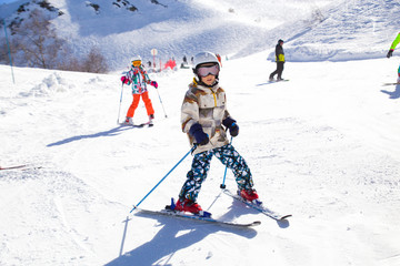 Foto auf Acrylglas Wintersport kids on alpin ski resort