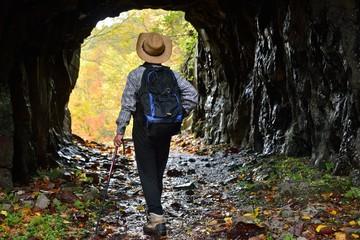 秋・トレッキング・洞窟を歩く