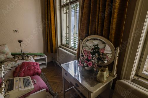 altes schlafzimmer mit spiegel\