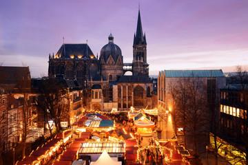 Weihnachtsmarkt in Aachen mit Aachener Dom