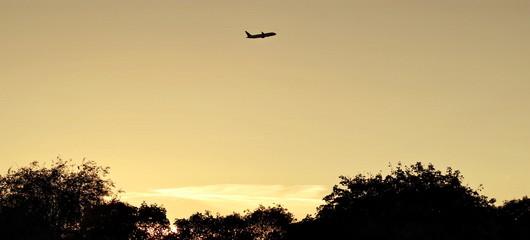 samolot na tle zachodzącego słońca