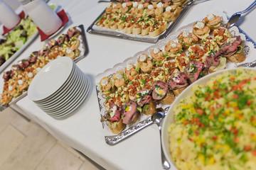 Catering: Essen vom Buffet - Brötchen, Fleisch und Salat