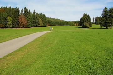 Wanderer im herbstlichen Voralpenland, Allgäu