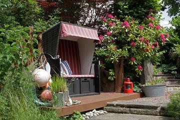Strandkorb in einem Garten