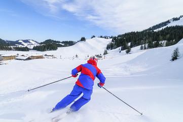 gekonnt Skifahren auf perfekt präparierter Piste
