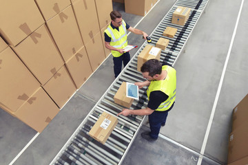 Arbeiter am Fliessband - versenden von Paketen im Onlinehandel // Conveyor belt workers - send parcels in online trade