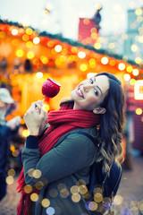 hübsche Frau auf dem Weihnachtsmarkt