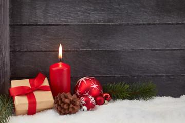 Brennende Kerze als Hintergrund zu Weihnachten