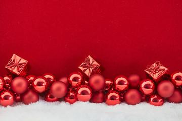 Geschenk an Weihnachten vor rotem Hintergrund