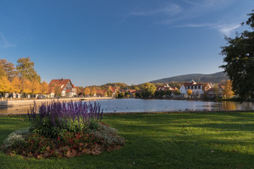 Herbst mit nachmittagssonne am See in Ilsenburg/ Ostharz