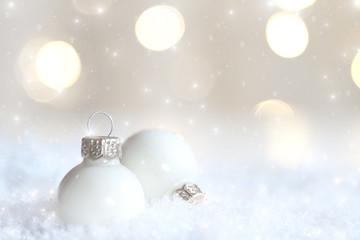 weisse Weihnachtskugeln im Schnee
