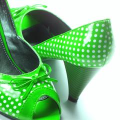 chaussures vertes à petits pois blancs