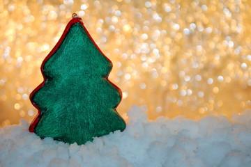 красивый новогодний фон с фигуркой ели и снегом  на блестящем фоне
