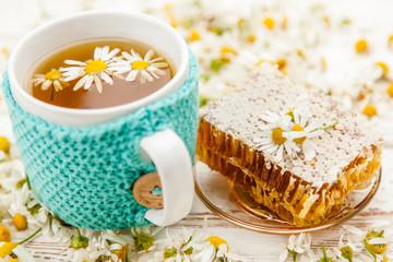 Fotoväggar - Honeycomb and chamomile tea on white