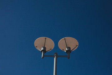 Two-pronged street light in the middle of blue sky Fotomurales