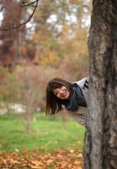 Donna sorridente nel parco