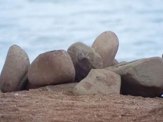 un tas de cailloux au bord de la mers