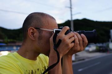 カメラを構える男性 カメラマン 撮影