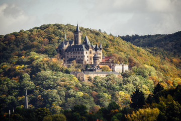 Das Schloss Wernigerode präsentiert sich zur Herbstzeit mit Laubfärbung