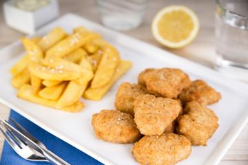 Fischnuggets in Backteig mit Steakhouse Pommes