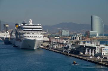 Kreuzfahrtschiff im Hafen in Barcelona