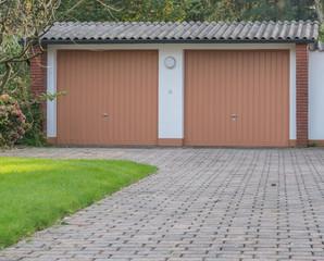 Garage mit braunen Toren