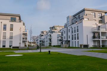 Moderne weiße Häuserreihe mit Rasenfläche