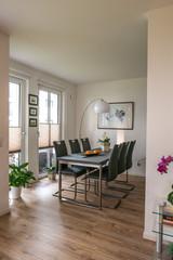 Moderne Essecke mit grauem Tisch moderner Lampe heller Raum