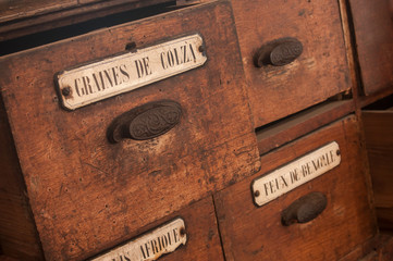 détail tiroir meuble en bois dans une épicerie ancienne - graines de colza