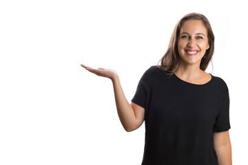 Mulher sorrindo com roupa preta ao fundo branco segurando algo com as mãos.