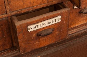 détail tiroir meuble en bois dans une épicerie ancienne - nouilles aux oeufs