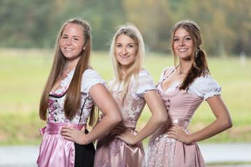 Drei junge Frauen im Dirndl