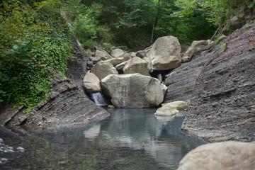 Foto auf Acrylglas Fluss Mountain river blocked by stones