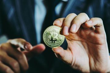 ビットコインを持っているビジネスマン