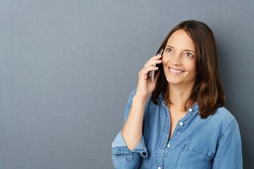 frau telefoniert mit ihrem mobiltelefon