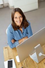 lächelnde mitarbeiterin am computer