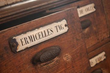détail tiroir meuble en bois dans une épicerie ancienne - vermicelles