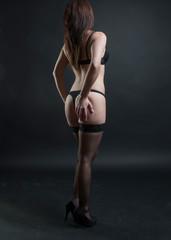 frau posiert erotisch in dessous und nackt