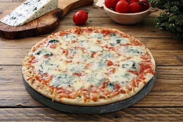 pizza formaggi e gorgonzola su tavolo rustico