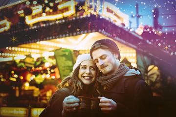Liebe auf dem Weihnachtsmarkt Paar