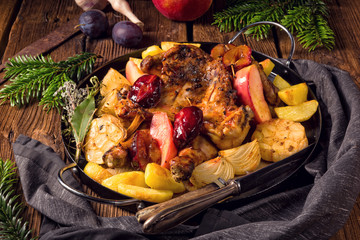 Chicken pieces with fruit and vegetables from the oven