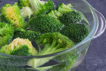 Broccoli in einem Glastopf mit Wasser