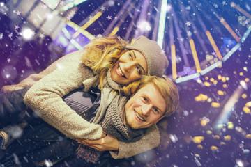Pärchen zusammen auf dem Weihnachtsmarkt