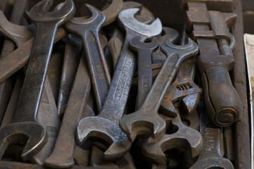 Werkzeuge und Maschinen in einer Schmiede