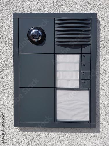 Moderne Graue Türsprechanlage Mit Kamera An Einer Hauswand In