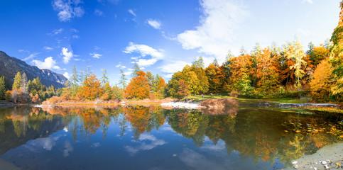 Fototapeten Reflexion Cielo e acqua nel lago alpino